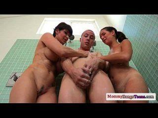 Busty Cougar Milf verbindet Teenager in der Dusche