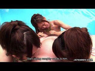 Viele asiatische Schlampen saugen Schwänze im Pool
