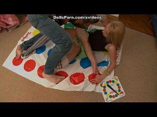Twister und Sexspielzeug für eine heiße Blondine 2