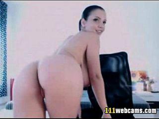 große Titten Schönheit masturbiert mit Dildo auf Webcam