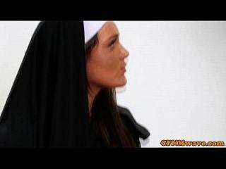 Nonnen Tiffany und Emma im rauen Hahn Tug