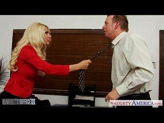 Hervorragende blonde Jazy Berlin ficken im Büro