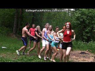 Schmutzige College-Schlampen drehen eine Outdoor-Party in wilde Fick-Fest-Szene 2