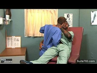 Homosexueller Doktor fuck seinen Patient bei der Arbeit
