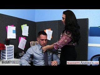 Chesty Brünette Holly Westfahrt Hahn im Büro