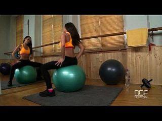 russische Fitness Babe fickt sich in der Turnhalle