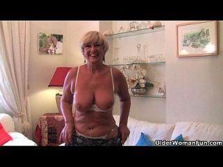 britische Oma mit großen Titten masturbiert mit ihrer Sex-Spielzeug-Sammlung