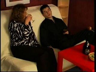 russische Mutter trank Wein mit ihrem Jungen