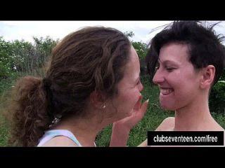 busty junge Lesben lecken Zwillinge