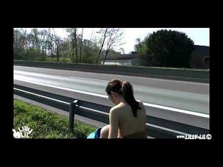 öffentlich fucking next auf deutscher Autobahn (Hardcore Public)