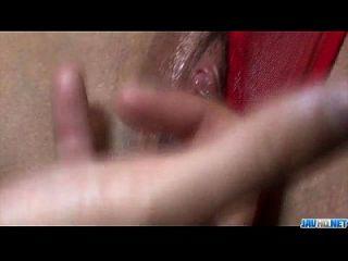 Rumika rote Dessous Babe genießt Hahn in ihrer rasierten Fotze