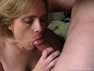 sehr sexy reifen Babe liebt eine klebrige Gesichts-Cumshot
