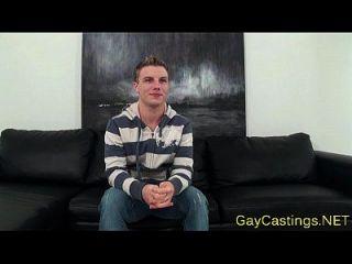 Gaycastings Twink mit großem Schwanz gebohrt