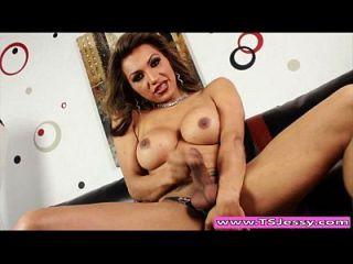 busty latina ts jessy dubai streichelte ihren harten Schwanz auf der Couch