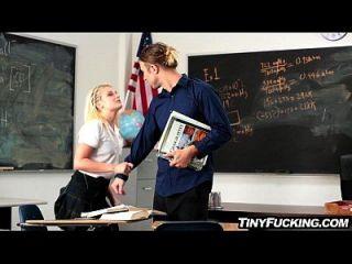 petite blonde Schulmädchen hat Schwanz auf ihren Geist fickt im Klassenzimmer