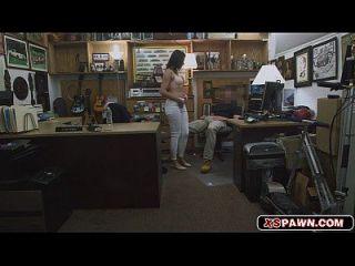 Frau breitete ihre Beine aus, um ihre saftige Pussy zu zeigen