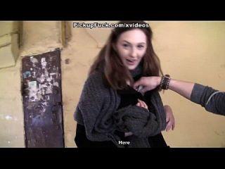 sexy Mädchen zeigt Titten zu geilen Touristen Szene 3