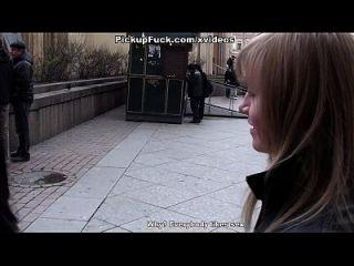 Frau fuck in den Mund und Arsch in der Toilette