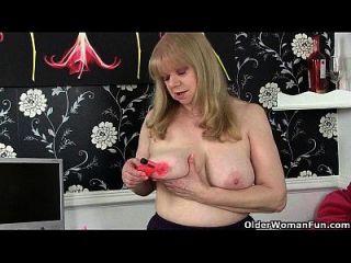 britische Oma mit großen Titten ist ein zwanghafter Masturbator