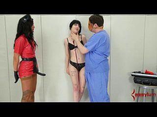 charlotte sartre bekommt grobe analbehandlung in pysch ward