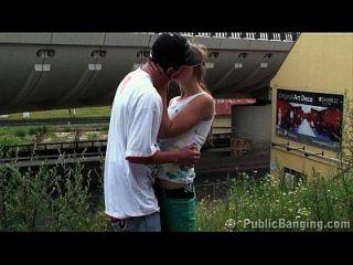 junge teen öffentliche gangbang an einem Bahnhof
