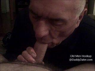 Großvater Silverdaddy schluckt Sperma aus ungeschnittenem Schwanz und leckt meine Zehen