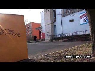 Amateur Mädchen versteckt sich hinter einer Wand, um eine Pisse zu nehmen