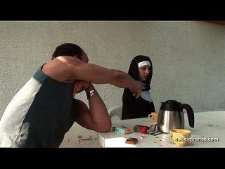 Junge französische Nonne gefickt hart in Dreier mit Paint Voyeur