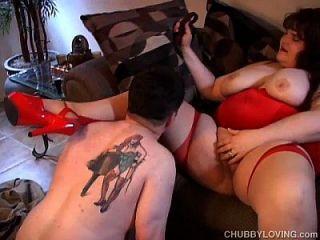 große schöne busty Dame in rot liebt zu ficken