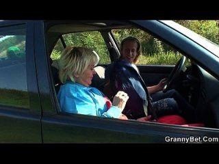 80 Jahre alte Hündin wird im Auto verschraubt