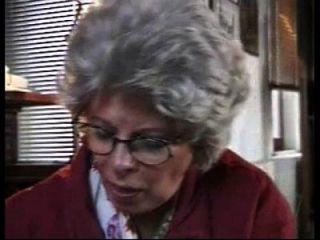 Oma  e Dame saugt Enkel gefangen Jacken aus