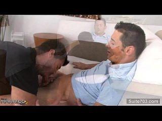 kräftiger verheirateter Mann wird von einem Schwulen gefickt