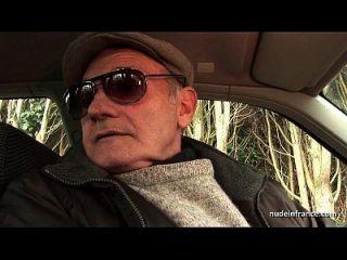 Chubby Brunette Arsch gefickt in Dreieck mit Paint Voyeur auf ein Auto