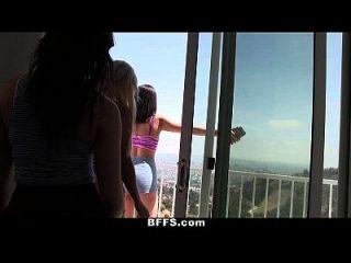 bffs College-Mädchen spielen nackte Twister im Sommer