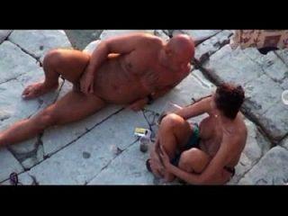 Frau fickt die Hündin an einem anderen griechischen Strand