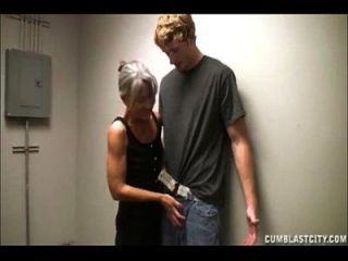 große Gesichtsbehandlung für die geile Oma