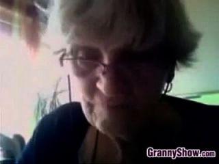 Oma zeigt ihre Brüste Busty Oma Sh