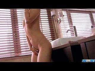 kotomi spielt mit glas spielzeug ihre haarige pussy