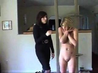 zwei Mädchen von Einbrecher entkleidet