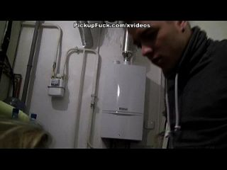 Blonde Cutie Stars in öffentlichen Ficken Video für Cash Szene 2
