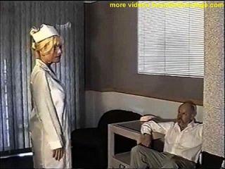 Busty Krankenschwester Ball geknebelt und Brust streichelte
