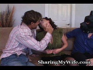 freche Frau mit unterwürfigem Mann