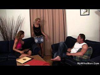 Freundinnen heiße Mutter verbreiten ihre Beine für ihn