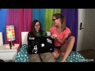 nerd teen wichst ihre Freundin ab
