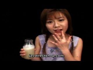asiatische trinken eine Flasche Sperma