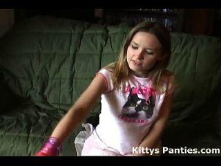Petite Teen Kitty blinkt ihr Höschen in einem kleinen Minirock