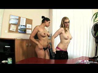 ungarische lesbische Sekretärin isst Pussy auf einem Schreibtisch