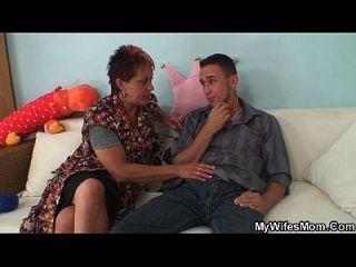 Hahn hungrige Mutter im Gesetz verführt und reitet ihn