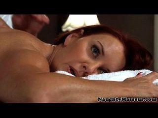 Milf Janet Maurer gebohrt auf Massagetisch