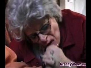 Oma und dieser junge Mann, der Sex hat